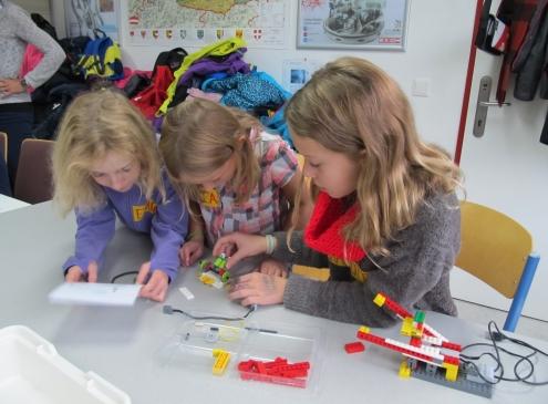 Abbildung Mädchen programmieren ihre Robina-Geschichte
